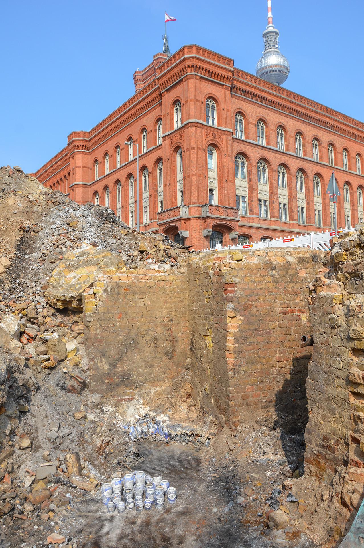 Fundamentmauern des Geschäftshauses mit Apothekengefäßen