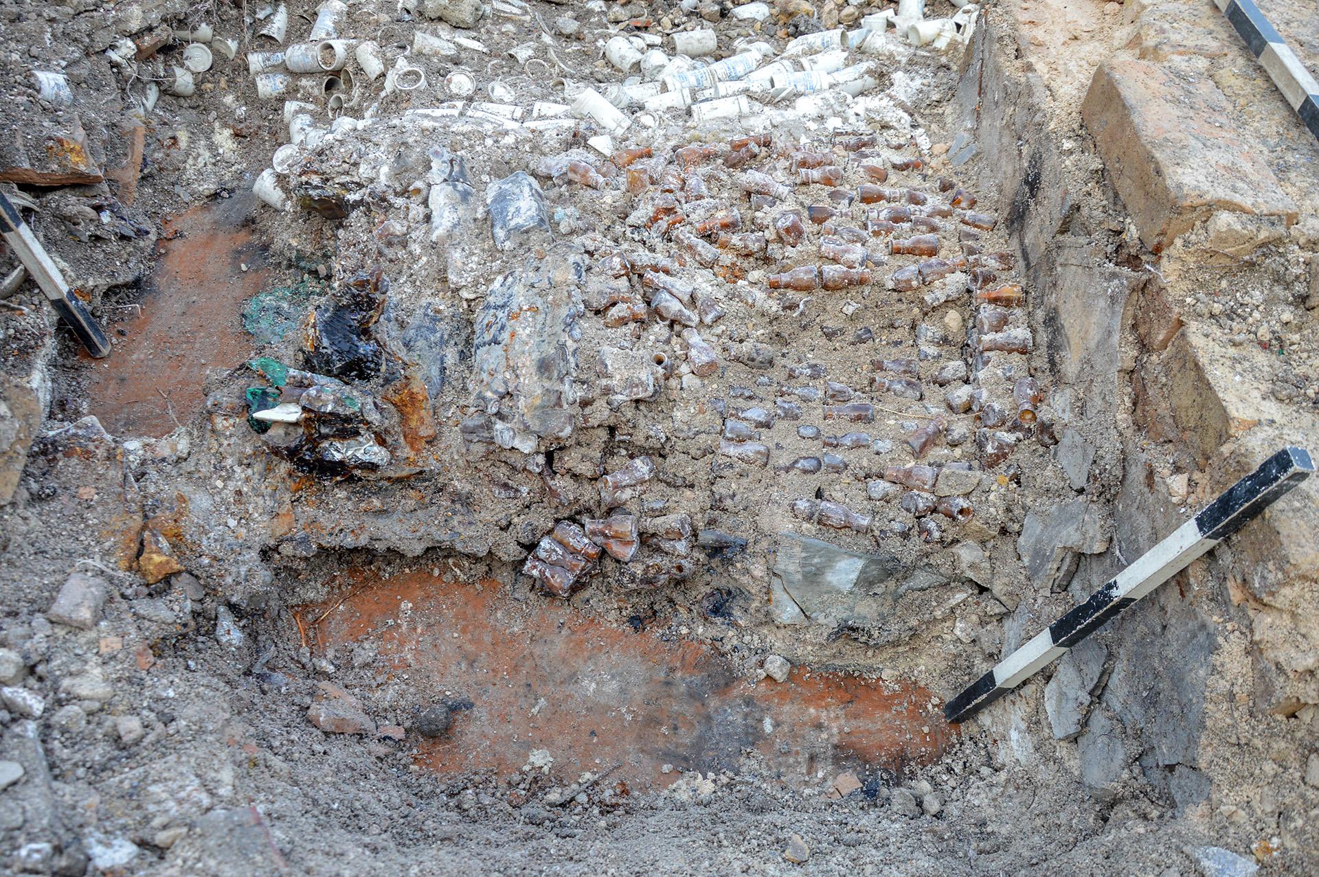 Zahlreiche durch Hitze verschmolzene Glasampullen lagen ordentlich gestapelt auf dem Kellerfußboden